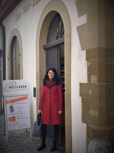 Andrea Schmidt vor dem Eine-Welt-Laden