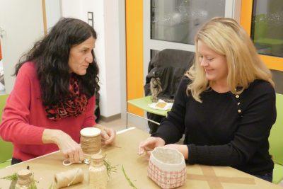 Andrea Schmidt beim Basteln mit Tanja König