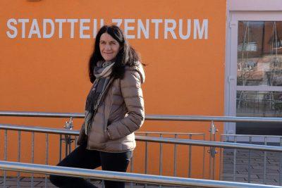 Andrea Schmidt vor dem Stadtteilzentrum Kitzingen Siedlung